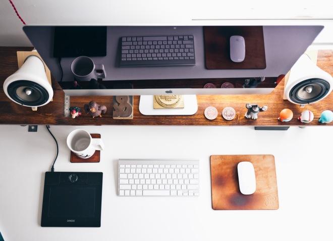 чистый простой аккуратный стол