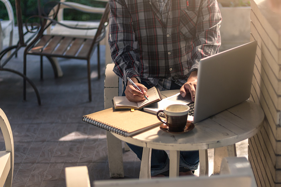 digital nomad working at coffee shop